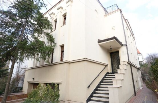 Recently renovated villa with its own courtyard, Domenii area