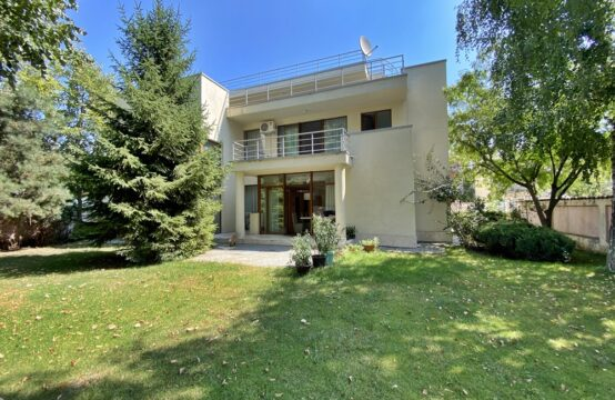 Villa with its own courtyard, bright and spacious, Erou Iancu Nicolae area